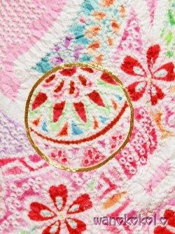 画像2: 七五三着物 洗える三歳用総絞り被布コート 花手毬 ピンク・赤系/熨斗に鞠柄(金コマ刺繍入) [HANATEMARI-2]